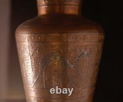 C. 1923 Égyptien Signé Chabuk Swaran Bohemian Copper Egyptian Vase Unique En Son Genre