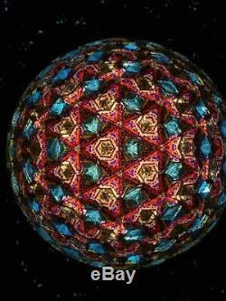 Kaléidoscope Sur Piédestal De Branche De Genévrier. L'un D'un Modèle Type De Sol