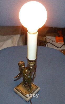 Lampe De Table Vintage Française En Bronze Et Marbre Pour Enfant. C'est Une Sorte De Gentillesse.
