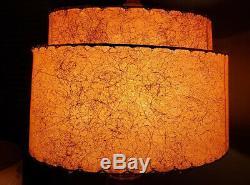 Milieu Du Siècle Moderne D'une Sorte De Lampe En Bois Marqueterie En Fibre De Verre Avec Abat-jour