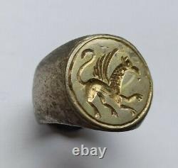 Un D'une Sorte D'anneau Doré D'argent Médiéval Tardif Dépeignant Un Griffin 1300-1400 Ad