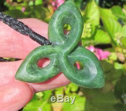 Un Pendentif En Forme De Trèfle En Jade De Koroua En Pierres Vertes