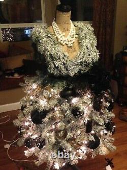 Vraiment Un Arbre De Noël Unique En Son Genre. Thème De Robe De Noël. Conception Personnalisée